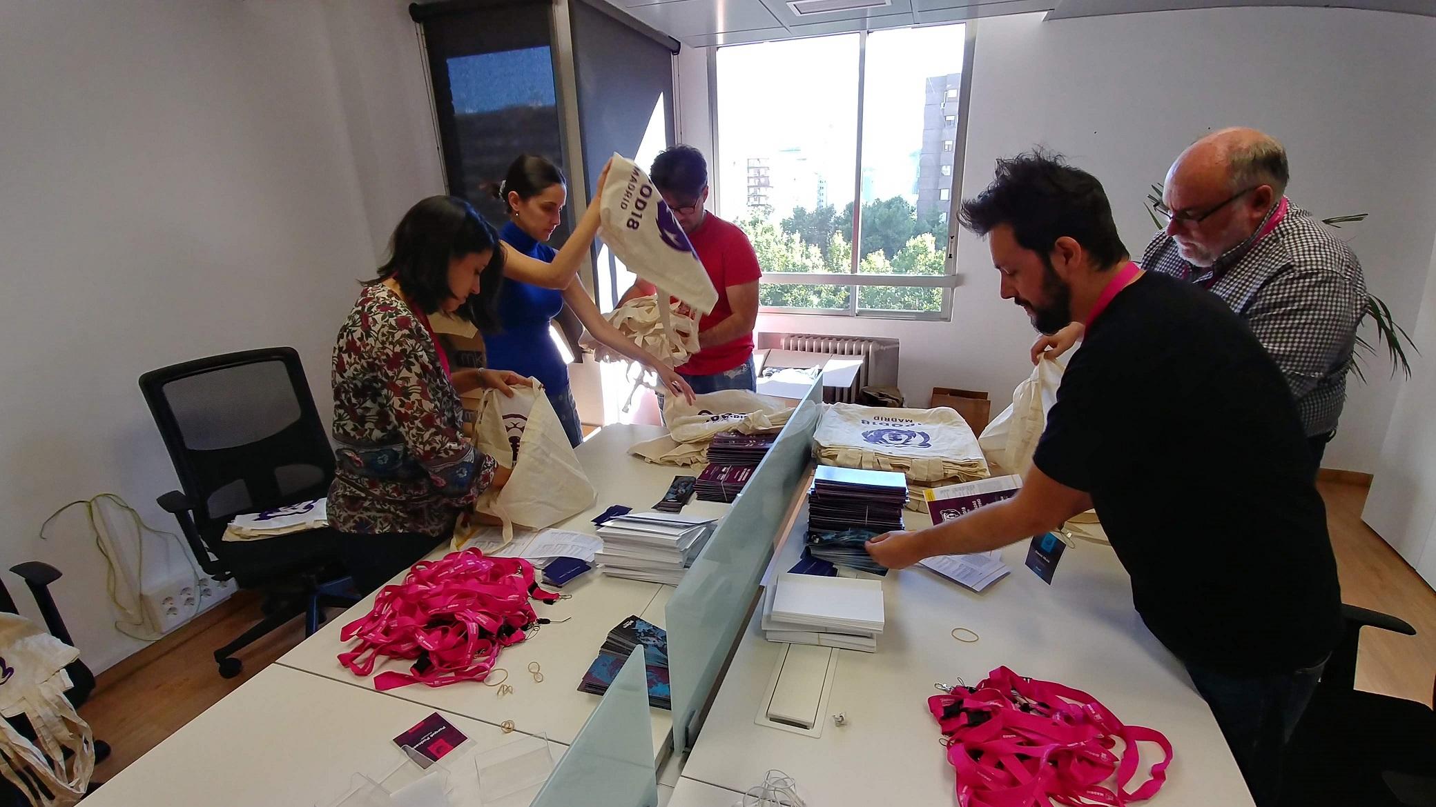 Preparando el merchandising de JPOD18 en las oficinas de Machiina