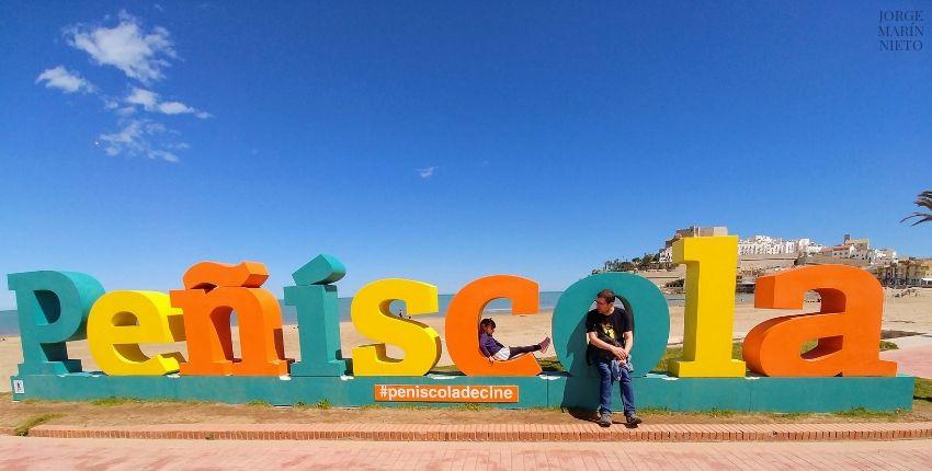 Cartel con letras gigantes en las playas de Peñíscola.