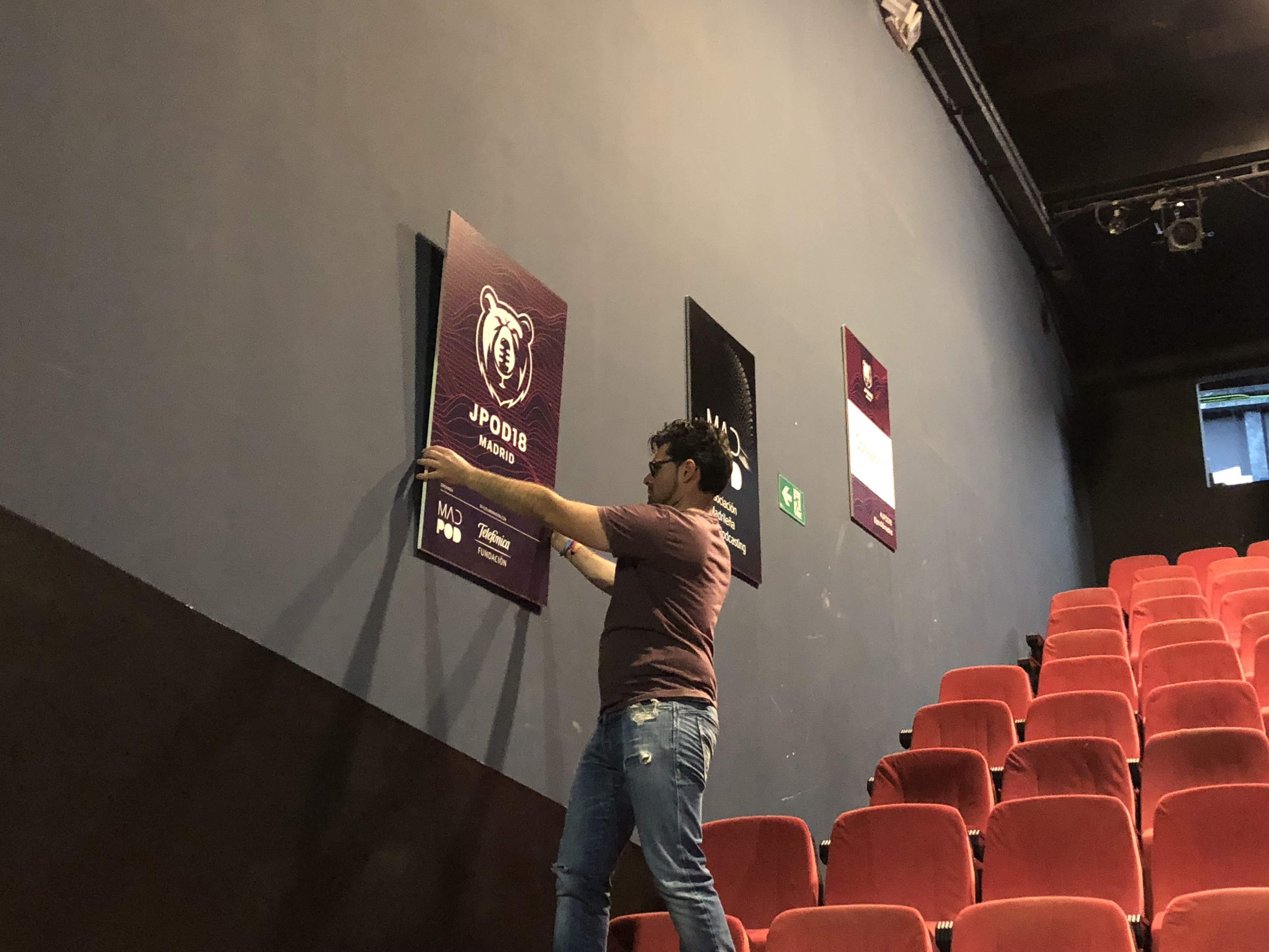Foto: Julio Méndez - Colocando la cartelería del evento horas antes de la apertura de puertas.