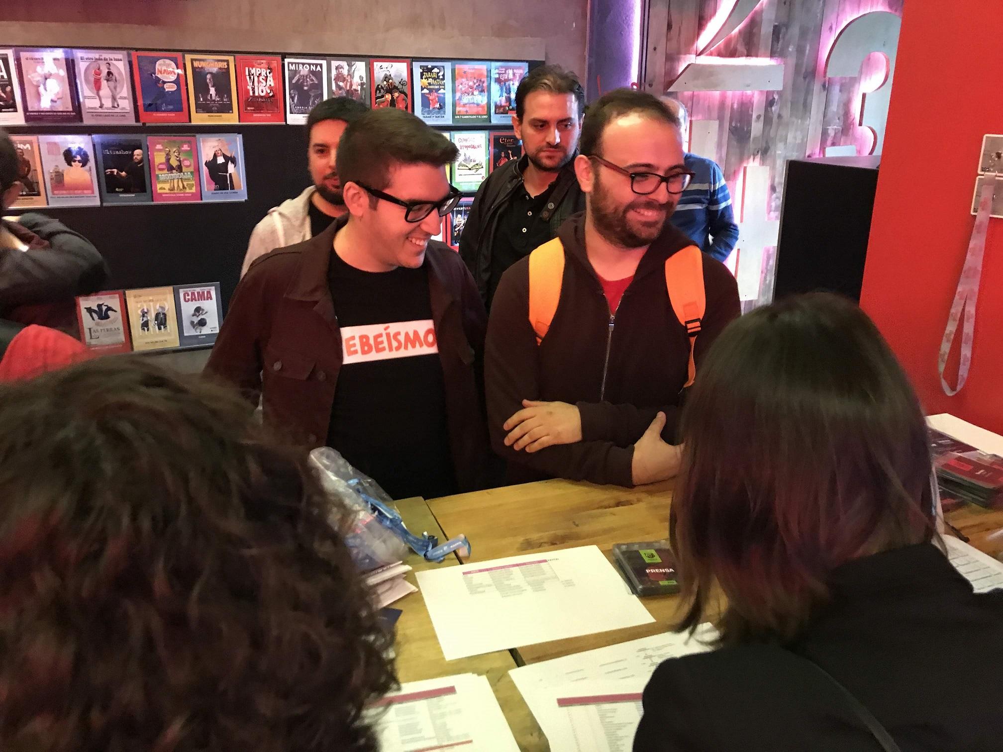 Foto: Alfonso Buenavista - Unos de los primeros asistentes en el checking del evento.