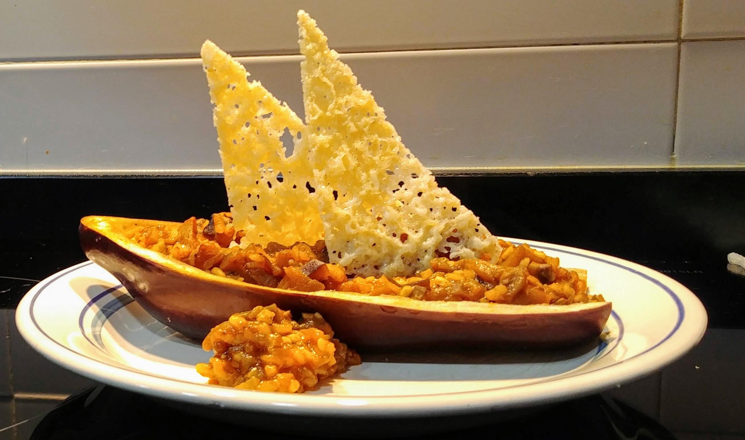Barco berenjenas rellenas de arroz con verduras y velas de queso